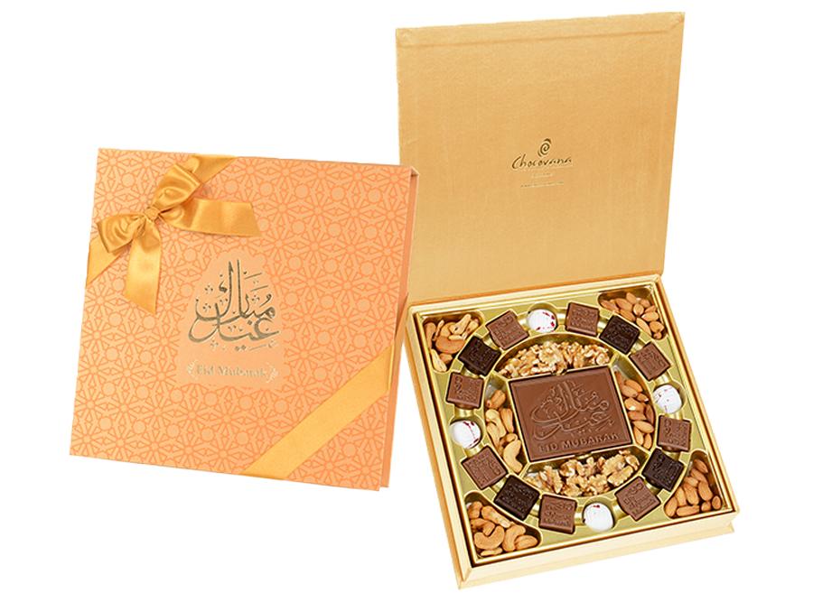 Crescent Eid Mubarak, 16 Pcs + Bar In Customized Belgian Chocolates With Mix Nuts